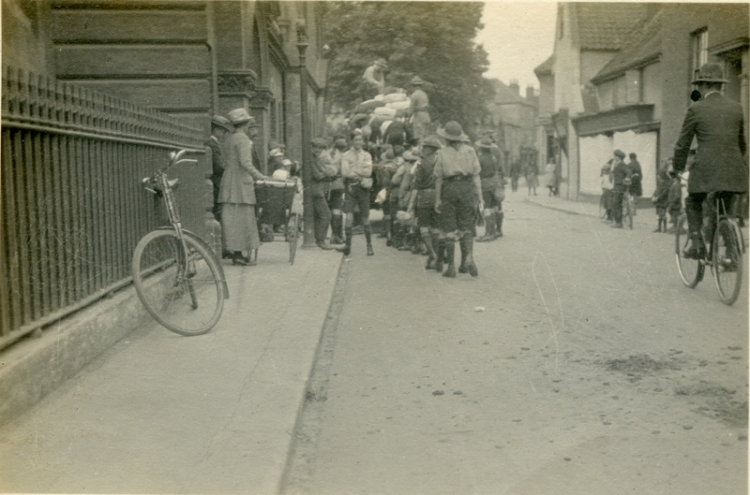 Loading for Cromer camp Aug 1921a